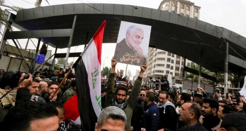 Miles de iraquíes asistieron al funeral del general Qasem Soleimani en Bagdad