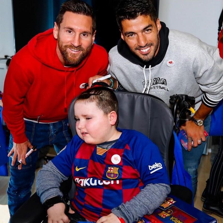 Lionel Messi y Luis Suárez hicieron estallar de felicidad a los niños de diferentes hospitales