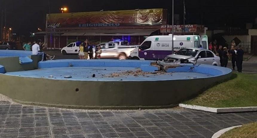 Villa Mercedes: un auto impactó  contra la rotonda ubicada en avenida 25 de Mayo y quedó incrustado en la fuente.