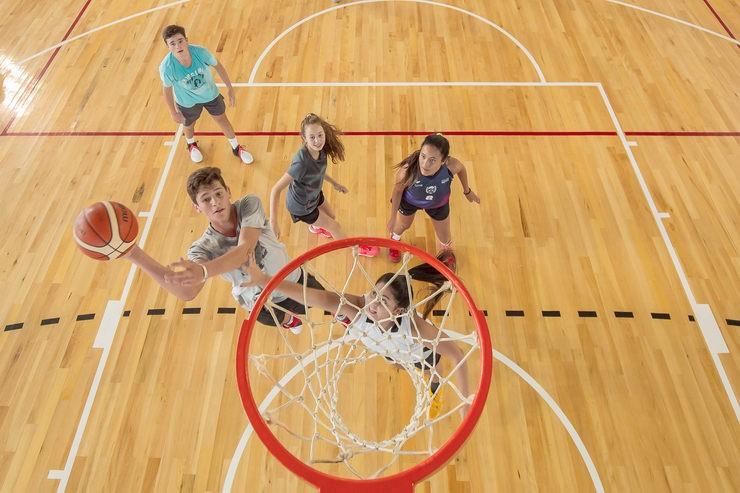La escuela de básquet de Sociedad Española entrena en el Campus