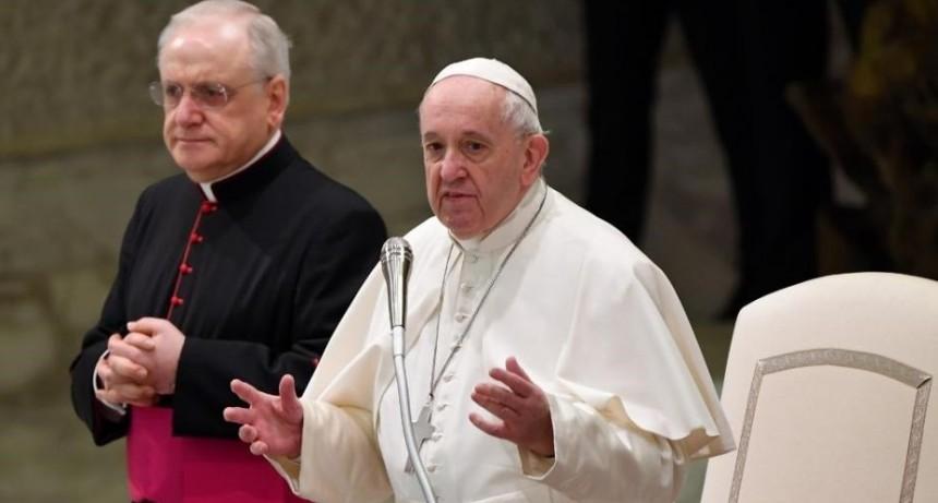 El Papa rechazó la posibilidad de ordenar como sacerdotes a hombres casados