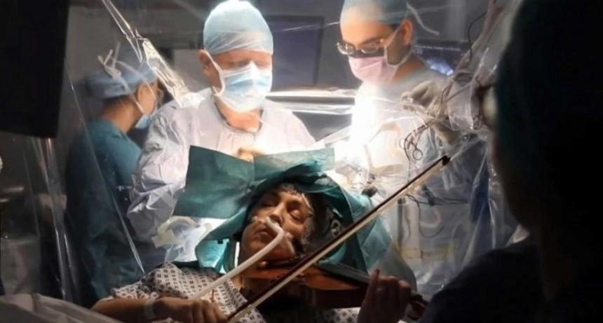 Toca el violín mientras le extirpan un tumor cerebral