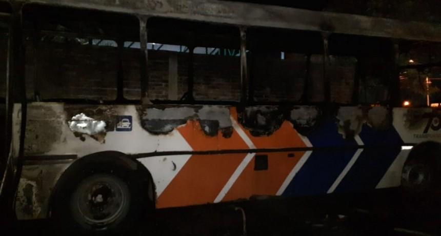 SAN LUIS: Bomberos de la Policía sofocaron el incendio de un colectivo