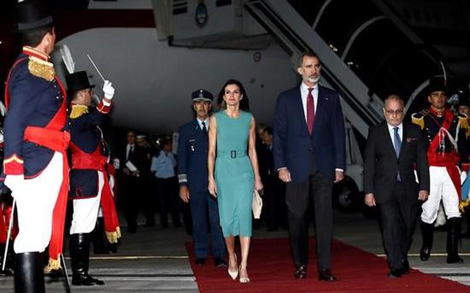 El Gobierno responsabilizó a dos empresas por la demora que sufrieron los reyes de España al llegar a la Argentina