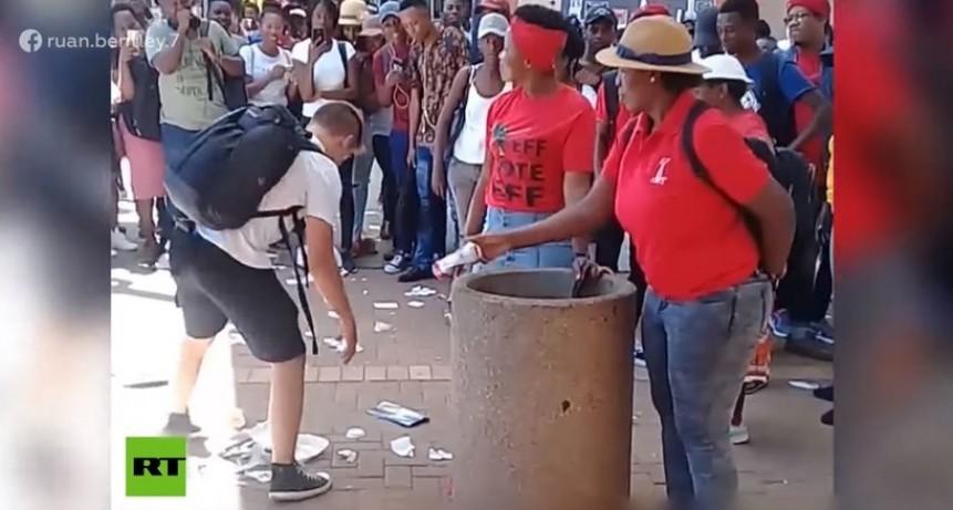 VIDEO: Un joven arrasa en la Red por recoger la basura que dos mujeres arrojan al suelo una y otra vez