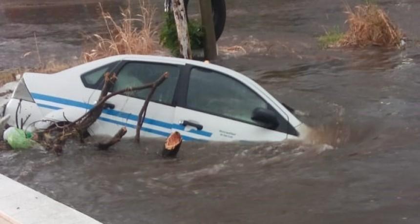 Un taxi se cayó a un canal