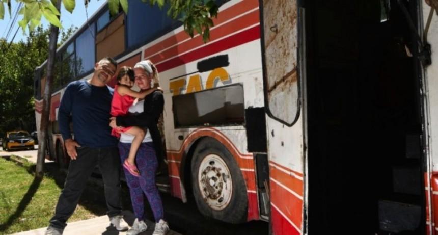 Por la crisis, familia vive en un colectivo