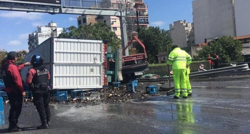 Un camión chocó y quedó colgado en la autopista 25 de Mayo