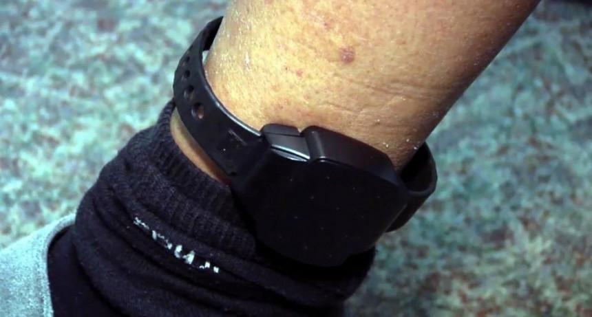 Violento se sacó tres pulseras electrónicas y se fugó