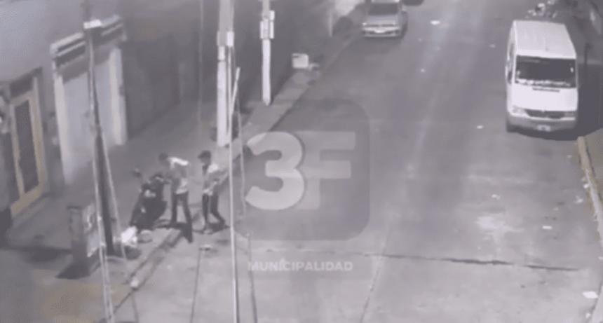 Robaron moto, fueron captados por las cámaras y los detuvieron