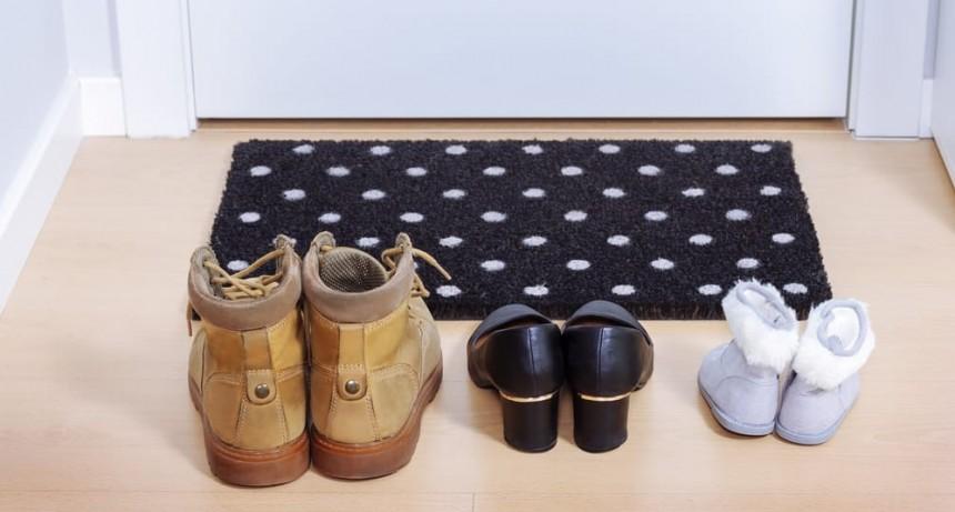 ¿Por qué es mejor quitarse los zapatos en casa para evitar contagios?