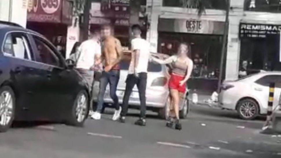 Impactante pelea de jóvenes en Castelar