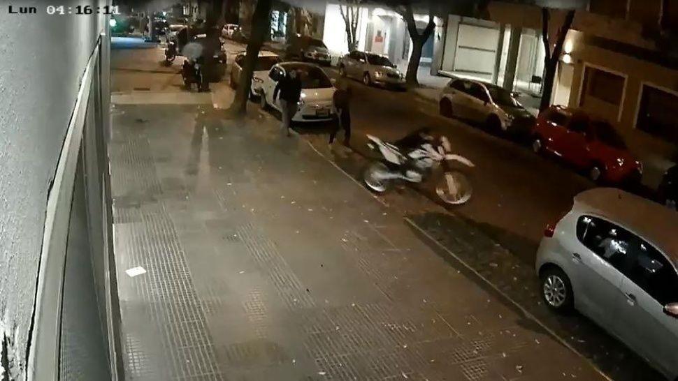 Cámaras captaron cómo banda robó una moto en Villa Urquiza