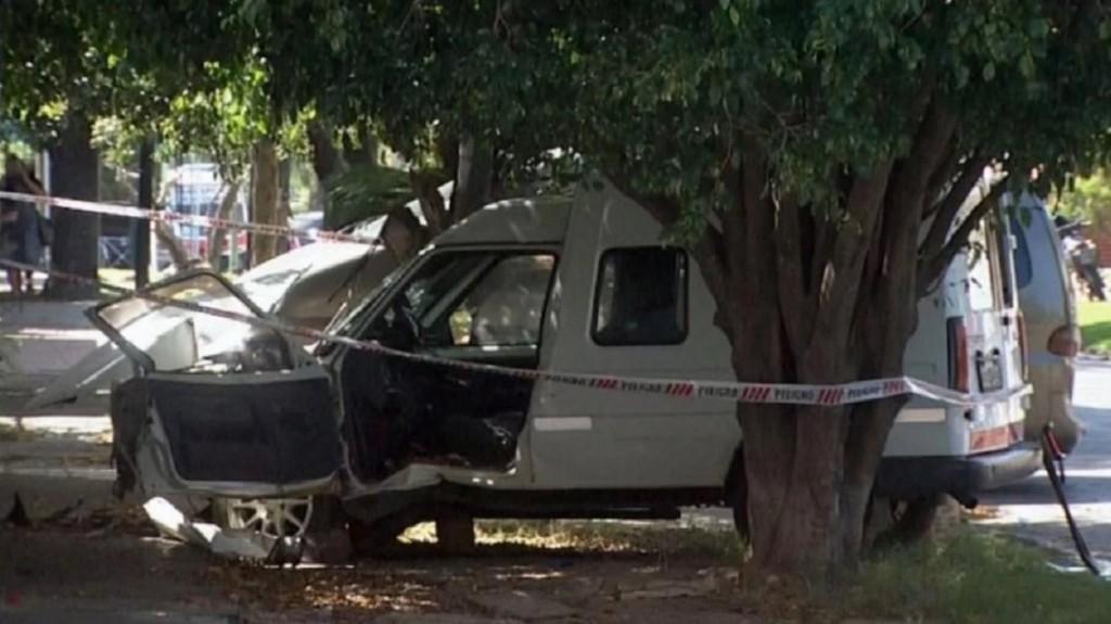 Un hombre mató a su novia y al hijo de ella a puñaladas: intentó fugarse pero chocó contra un árbol
