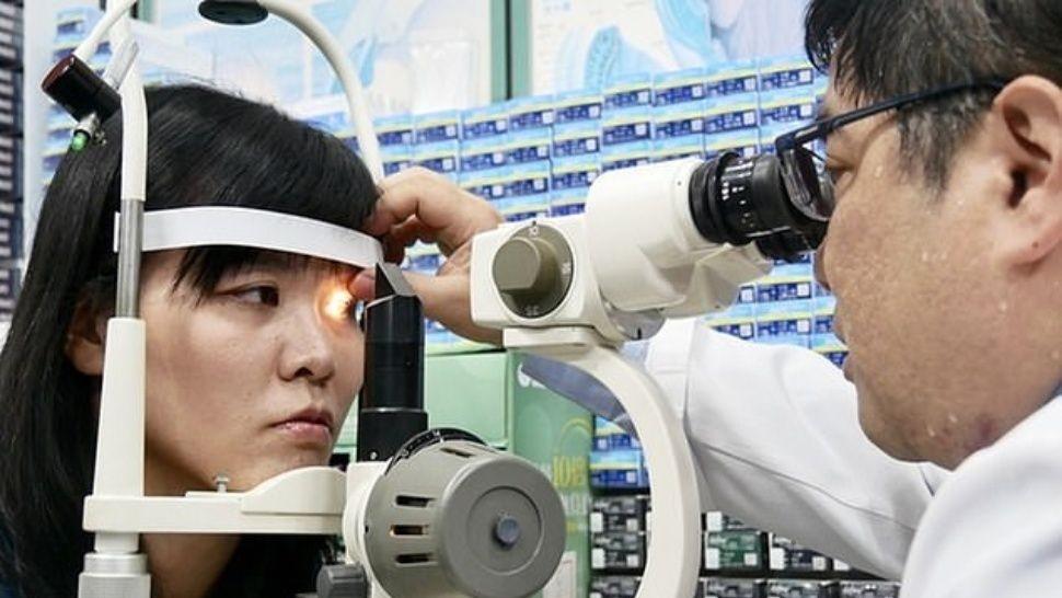 Fue al médico y le encontraron algo aterrador en el ojo
