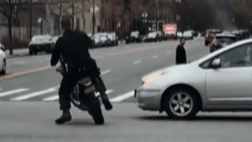 Policía se hizo el canchero con la moto que había incautado y se pegó un