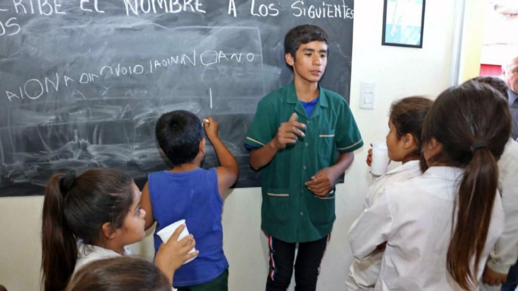 Tiene 13 años e inauguró su propia escuela para los chicos de su barrio