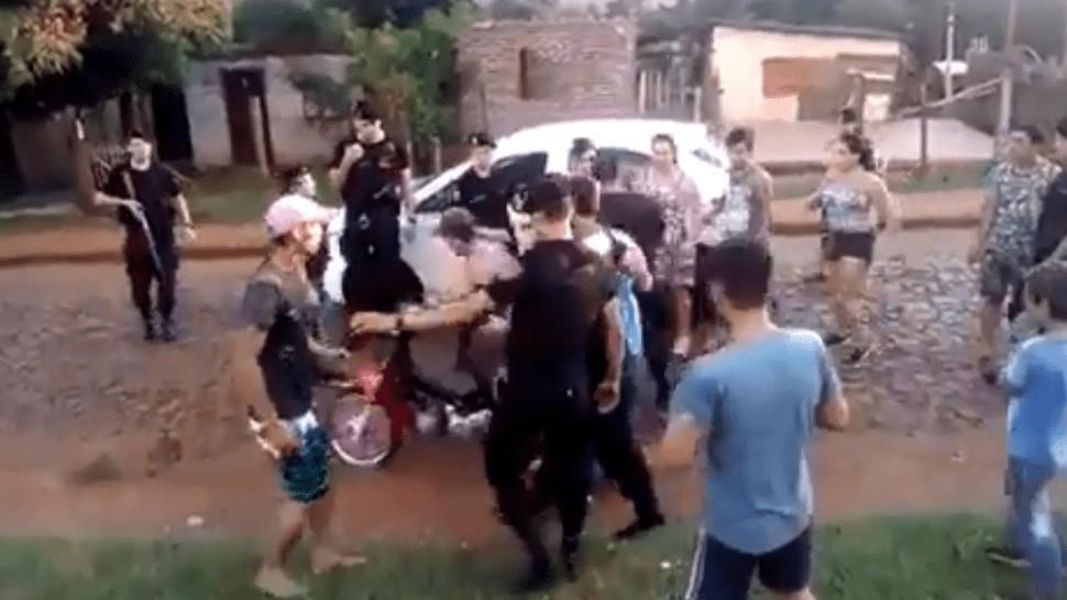 Vecinos evitaron a piedrazos que la policía detuviera a un motochorro