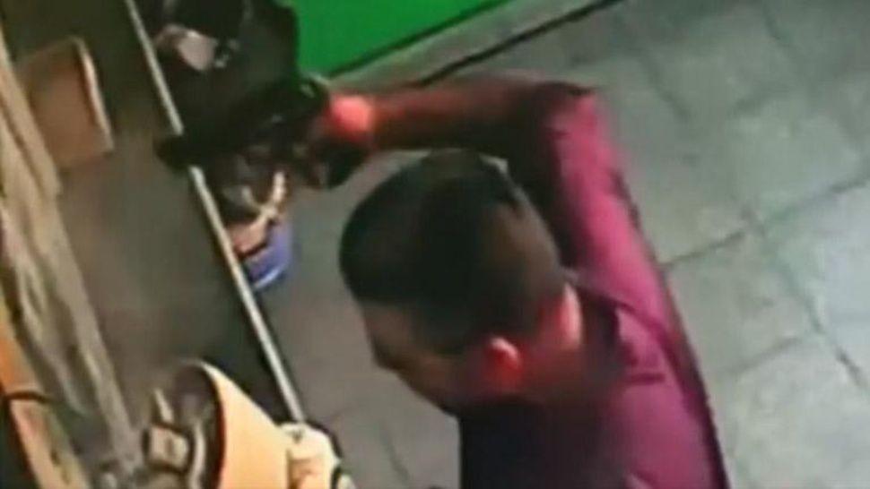 Impactante video: entró a robar a los tiros en agencia de lotería