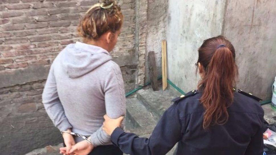 La detuvieron por atacar a cuchillazos a su mamá