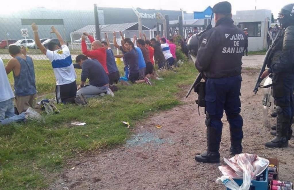 San Luis: detuvieron a 29 personas que robaron en Wallmart