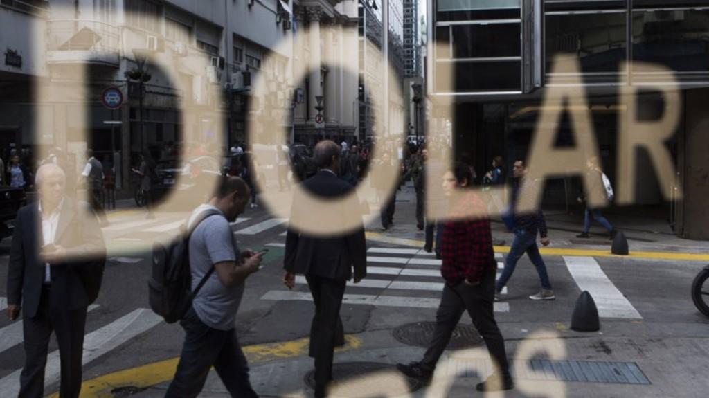 El dólar y el Riesgo País vuelven a subir tras el alza de este miércoles
