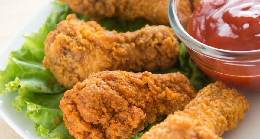 Quemó a sus hijos con una plancha porque se comieron su pollo frito