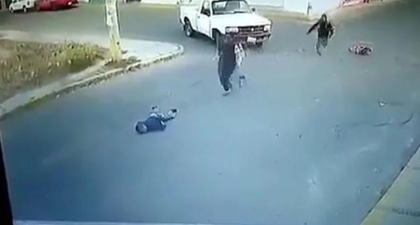 Auto atropelló y mató a nene que caminaba de la mano con su mamá