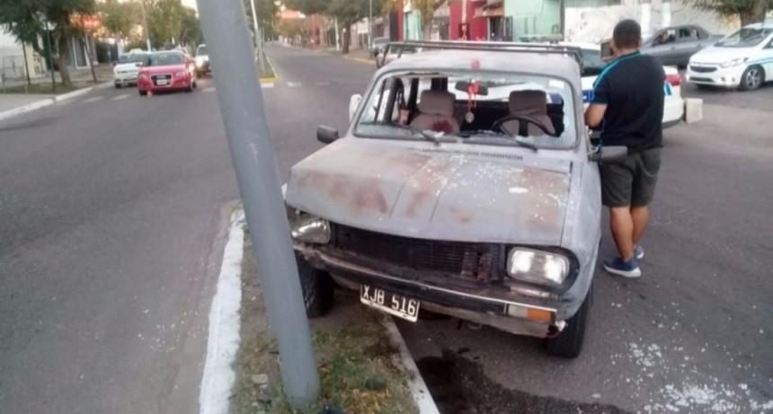 San Luis: un auto chocó contra una luminaria