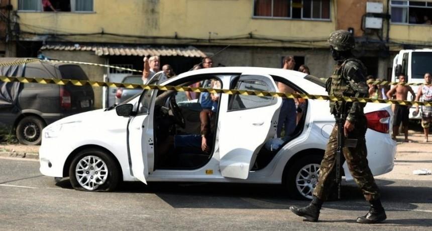 Militares brasileños acribillaron por error a un hombre que viajaba en auto con su familia