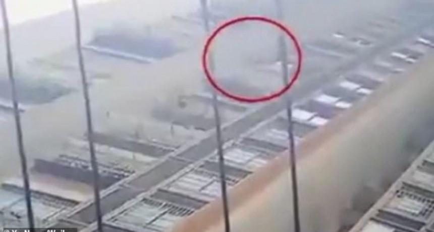 Milagro: nena cayó desde un piso 26, se estrelló contra el suelo y sobrevivió