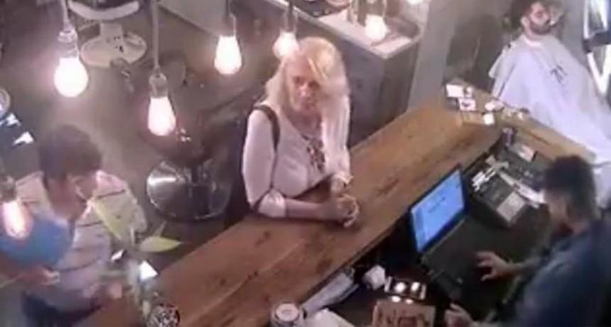 Escrachan a ladrona de teléfonos en peluquería de Belgrano