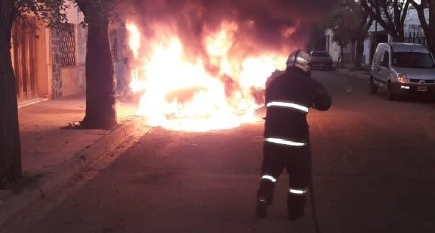 San Luis: bomberos sofocaron el incendio de un taxi
