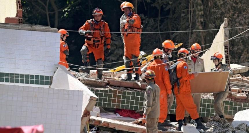 Se derrumbaron dos edificios en una favela de Río de Janeiro: al menos siete muertos