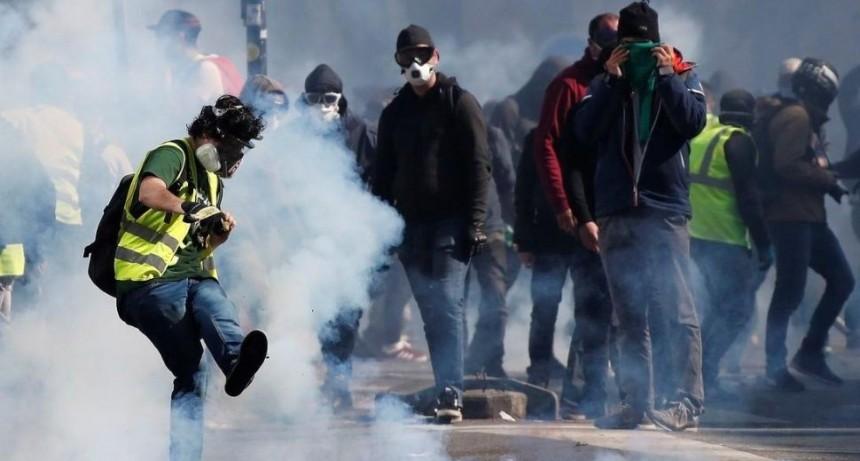 Violenta batalla entre policías y