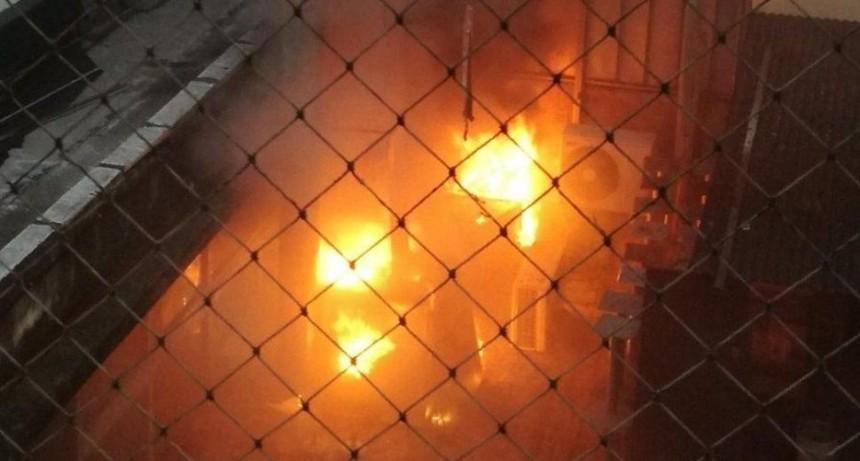Impactante incendio en Caballito: así ardió un bar