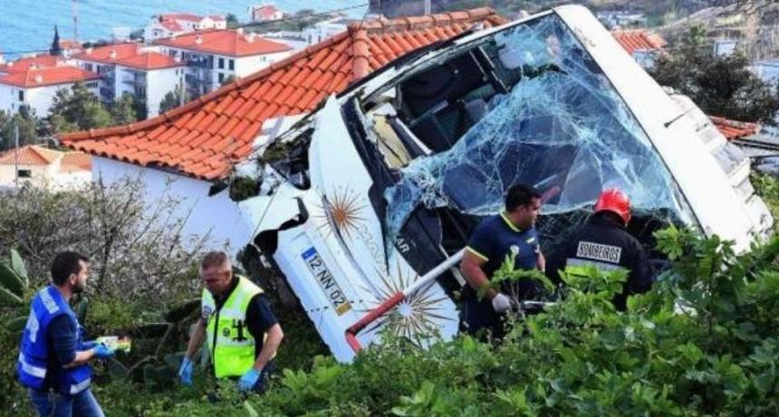 Desbarrancó micro en Portugal: 28 turistas muertos