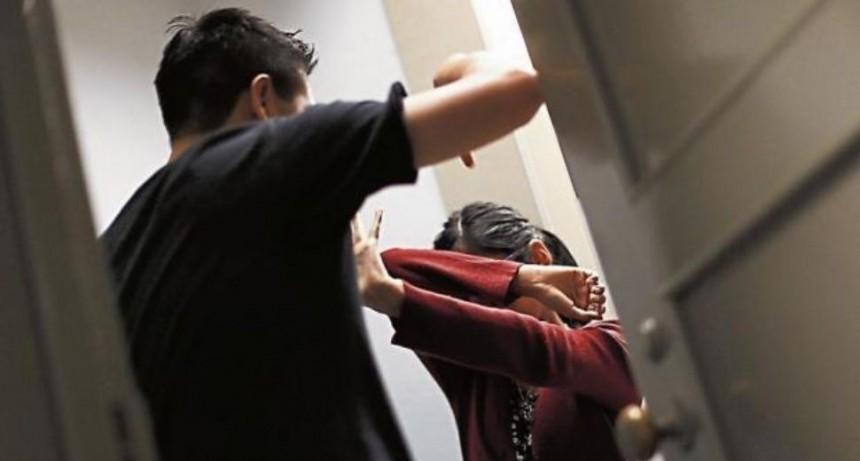 Filmó a su ex mientras la agredía con su hija en brazos