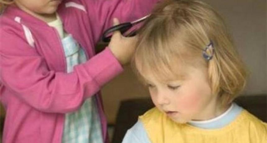 Juegan a la peluquería y su mamá no esconde el llanto tras ver el resultado