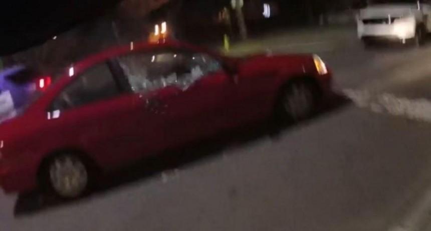 Policía acribilló a tiros a pareja que cantaba canciones de amor en un auto