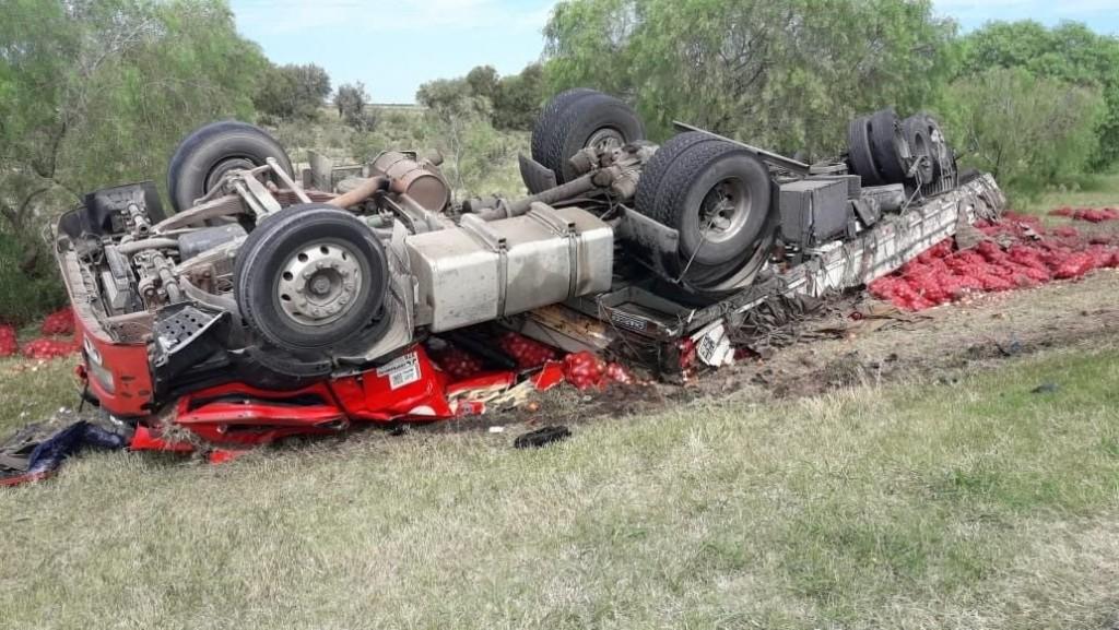 Balde: bomberos auxiliaron al conductor de un camión que sufrió un accidente