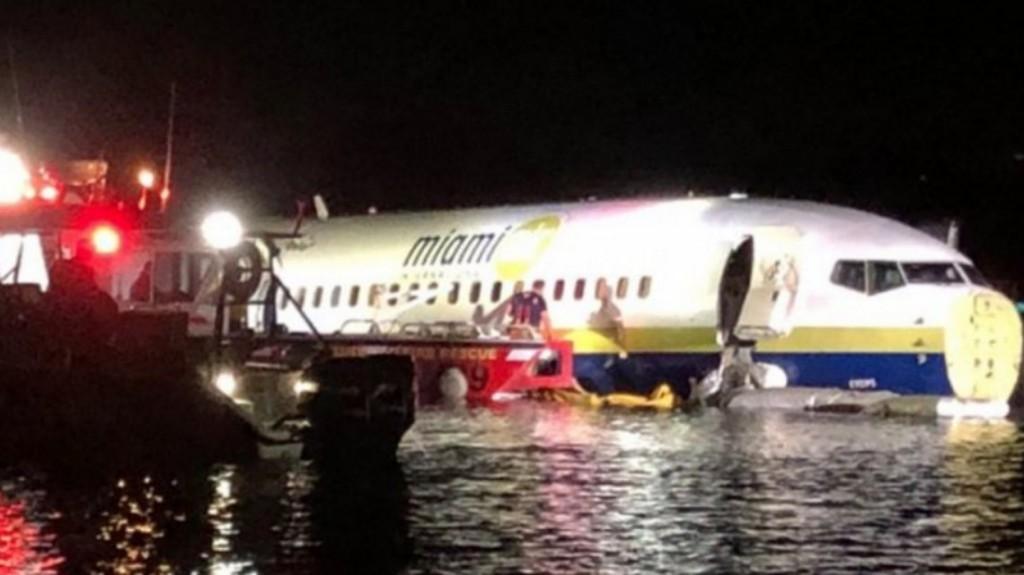 Un avión con 143 personas a bordo se despistó y cayó a un río en Florida