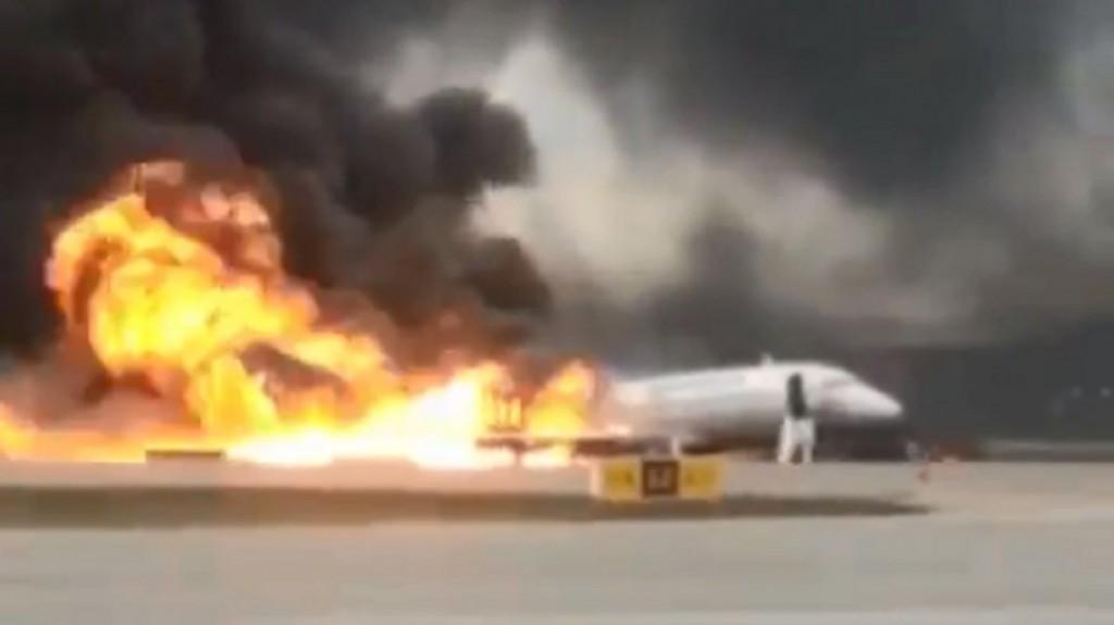 Un rayo cayó sobre un avión ruso en pleno vuelo: al menos 13 muertos