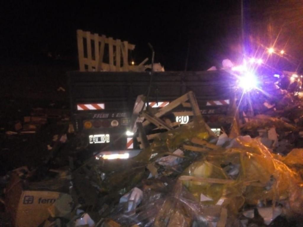 San Luis: a un camión se le salio el acoplado y perdió parte de la carga
