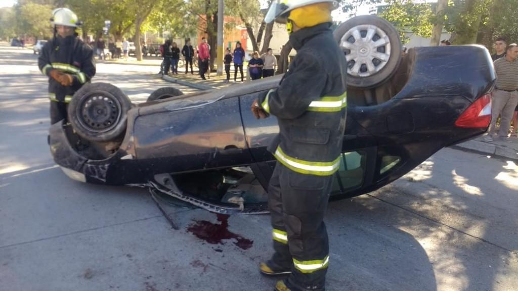 San Luis: un auto volcó en la avenida Quinto Centenario