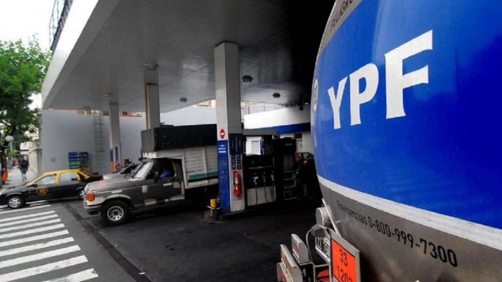 El Gobierno postergó el impuesto pero la nafta aumenta igual: la premium de YPF roza los $50
