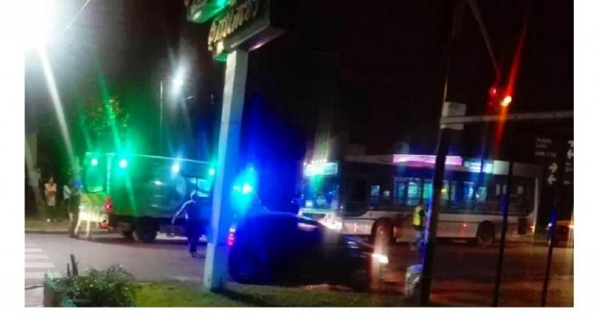 Un motociclista de delivery fue embestido por un colectivo al intentar escapar de dos ladrones