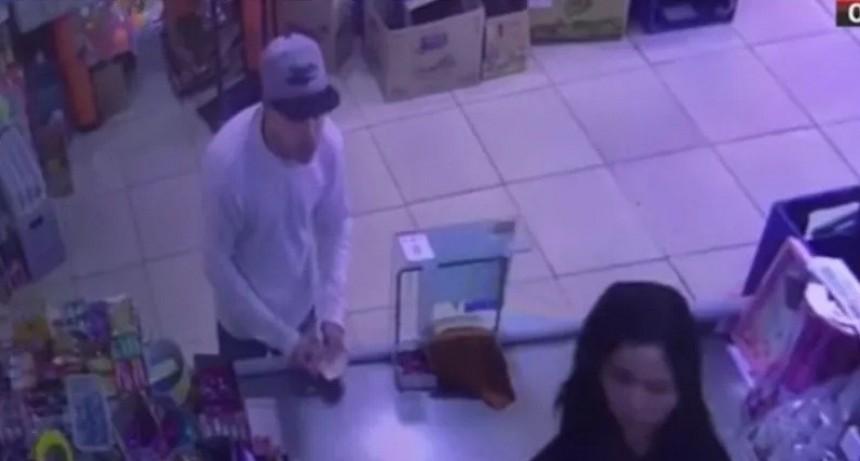 Aterrador video: simuló ser cliente y baleó a cajera de supermercado chino