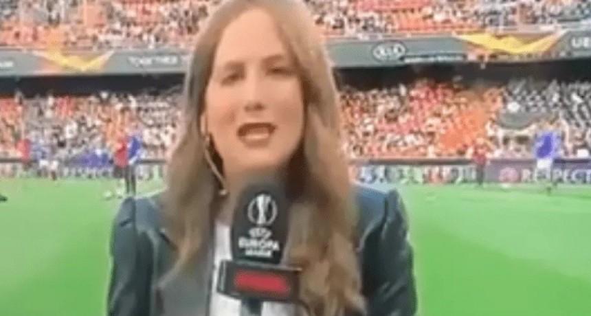 Una periodista se comió terrible pelotazo cuando cubría un partido