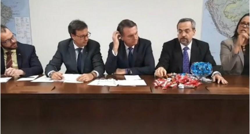 Brasil: un ministro explicó con chocolates un ajuste y Bolsonaro metió mano